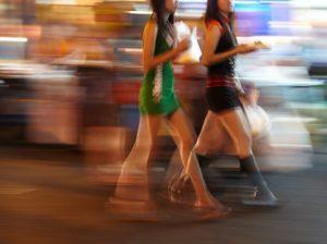 早歩き女性